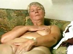 60 летняя бабулька мастурбирует