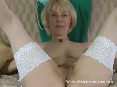 Видео порно со зрелой блондинкой в белых чулках