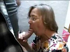 Жадно заглатывает член 60 летняя женщина
