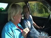 Бабушка взяла с дороги и трахнул в машине