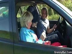 Зрелая рассчиталась сексом с водителем который её подбросил
