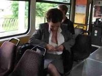 Зрелые доит ее большие сиськи на автобусе.