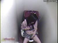 Девушка мастурбирует в общественном туалете