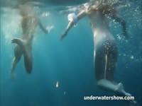Настя и маша плавают ню в море
