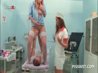 Lusty гинеколог фистинг и облизывая ее киску пациентов