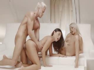 Порно парня жестко трахают в рот