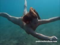 Джулия плавать под водой ню в море