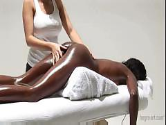 Грудастая девушка делает эро массаж с маслом негритянки