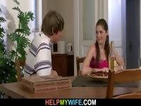 Он принес пиццу и трахнул свою молодую жену
