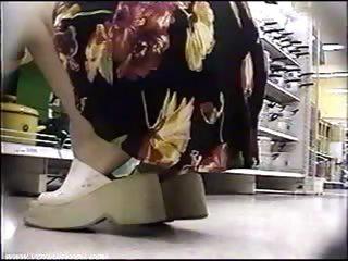 Баба лижет ноги парню