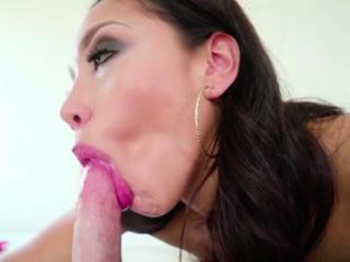 Кокетка с большой задницей долбит задницу секс игрушкой перед вебкамерой