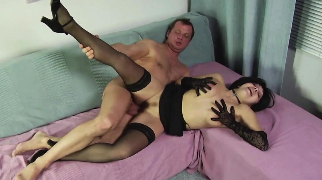 Очкарик и темнокожая подружка с большими дойками переспали на диване