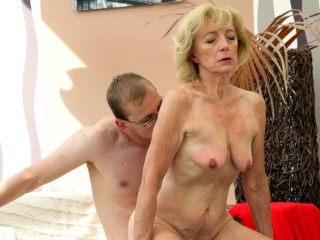 Amateur granny cockriding before missionary