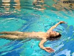 Hete getatoeëerde Tsjechische sexy in het zwembad