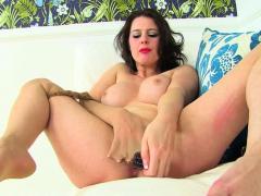 UK milf Jozie spreidt haar benen wijd voor een dildo-neukbeurt.