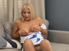 Florida gilf Chery Leigh moet haar pantyhosed pussy wrijven....