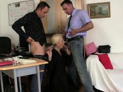 Harige blonde oma spreidt benen voor twee mannen