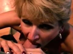 De blonde huisvrouw van het mildmengsel hartstochtelijke pijpbeurt in pov video