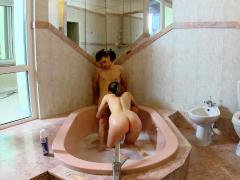 Rondborstige tiener houdt van badkamer sex