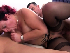 Diese Ginger-haired Inked Cougar Takes On 2 Dicks