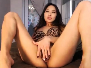 amateur kittennischeeky fingering herself on live webcam