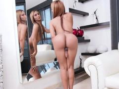 Brunette latina shemale Kendal A masturbeert en masturbeert
