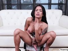Grote kont Aziatische tbabe Candy Brendys solo masturbatie
