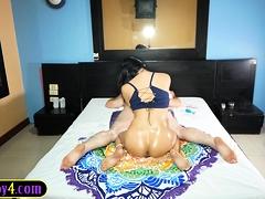 Masseer anale porno met een sexy Aziatische shemale dame.