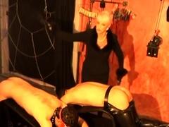 Vrouwelijke maîtresse die een blonde, ingehouden onderzeeër slaat...