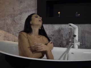 Lustful Shalina Devine masturbating before bath time