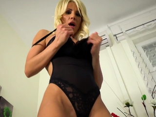 Provocative MILF Tiffany Rousso fucking dildo herself