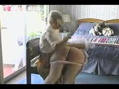 Amateur lesbische striptease en spanking