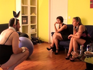 slave joschi make a Clown from himself in front of the girls