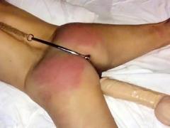mijn slet vast met anaal haak en gegeseld
