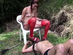 femdom slaat en spuugt en asbak overheersing