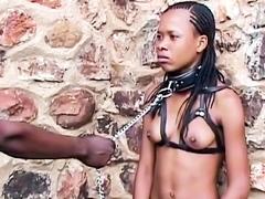Sexy ebony babe geketend en aangelijnd in het openbaar